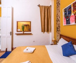 Havana's La Gargola's Yellow room with it's en-suite bathroom