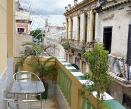 The 1st floor balcony of Vista al Mar casa particular in Old Havana