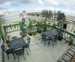 Rooftop sitting area of Vista al Mar guesthouse in Old Havana