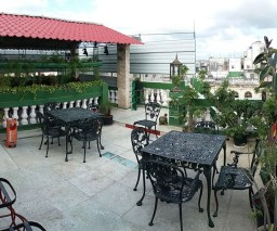 Outdoor sitting area on the roof of Vista al Mar Casa Particular