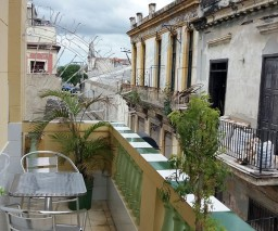 The balcony of Vista al Mar Mirador de Paula guesthouse in Old Havana